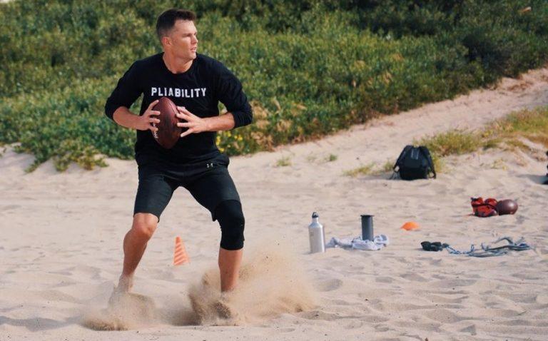 Tom Brady es visto entrenando en un parque cerrado por COVID-19