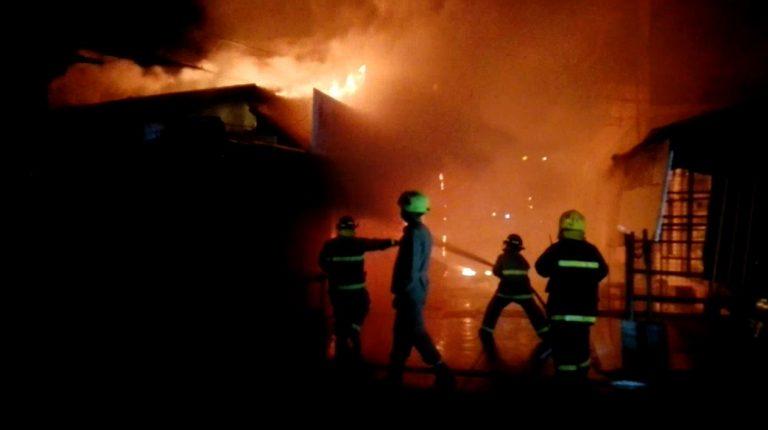Incendio consume 11 puestos ubicados en «La Línea», SPS
