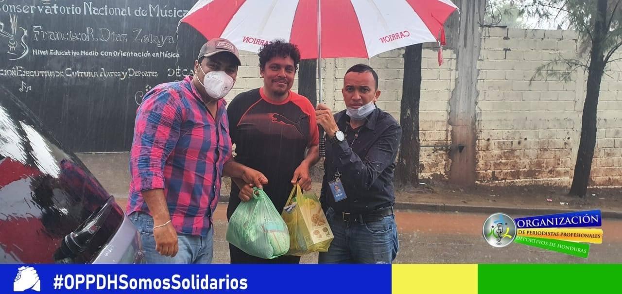 Periodistas deportivos de Honduras llevan alimentos a sus agremiados