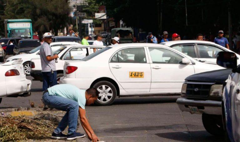 VÍDEO  Taxistas de TGU protestan: exigen bono y les mandan gas lacrimógeno