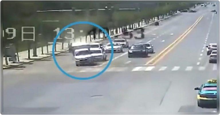China: Sin causa aparente, camión vuelca y gira en el aire ¿Qué pasó?