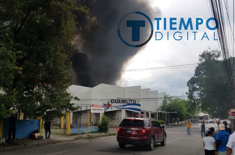 Voraz incendio consume varios locales del popular mercado Guamilito, SPS