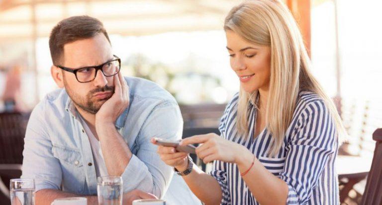 Así es como la relación con tu celular puede arruinar tu vida amorosa