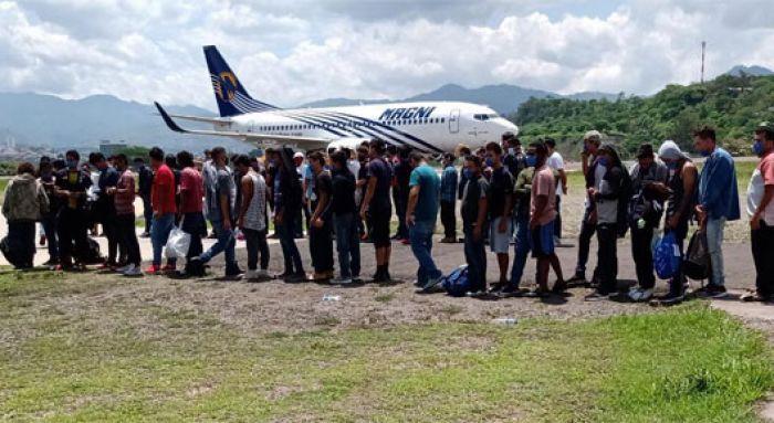 296 hondureños regresan al país: 136 deportados y 160 que estaban varados