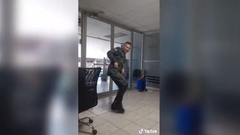 Exmilitar, dado de baja por bailar en Tik Tok, da positivo a COVID-19