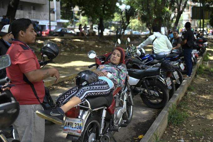 Venezuela: Kilométricas filas al iniciar plan de venta de gasolina dolarizada