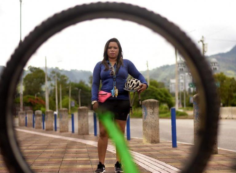 Tatiana Ramos, se quedó sin ingresos por la pandemia y una bicicleta la salvó