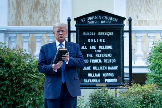 El gesto de Trump con la biblia desata la indignación de líderes religiosos