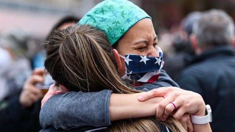 Epidemiólogos: No más abrazos, saludo de manos ni salir con alguien poco conocido