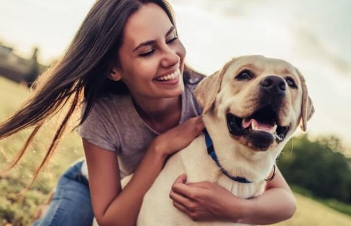 Mujeres que tienen un perro en casa son más felices, según estudios
