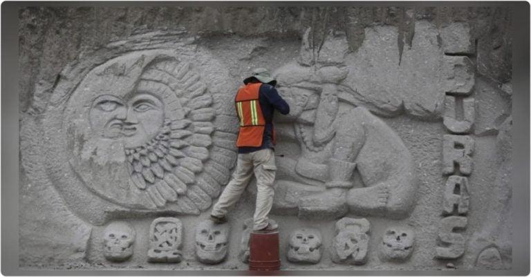 TGU: en honor a los Mayas y el campesinado, hombre talla mural en vía pública