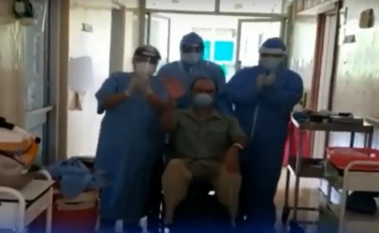 «El Tórax»: con porras y aplausos despiden a paciente que venció la COVID-19