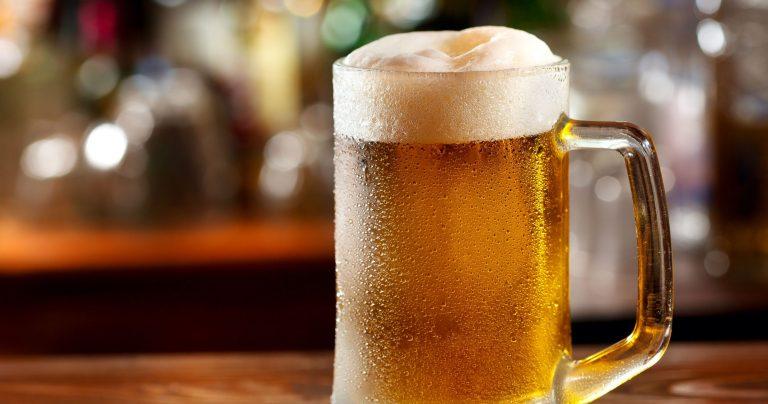 Ofrecen 20 mil dólares solo por tomar cerveza y viajar