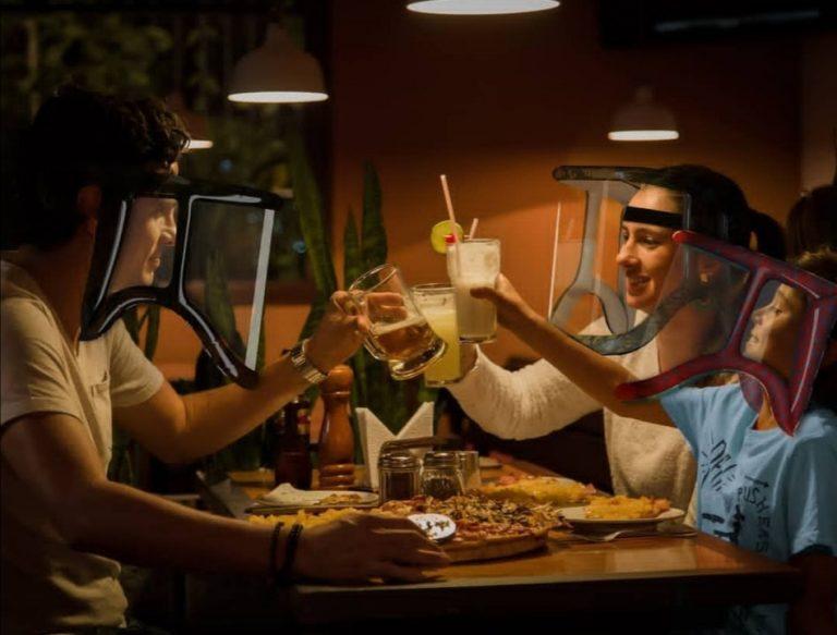 Protector facial permitirá comer y beber sin exponerse al Covid-19