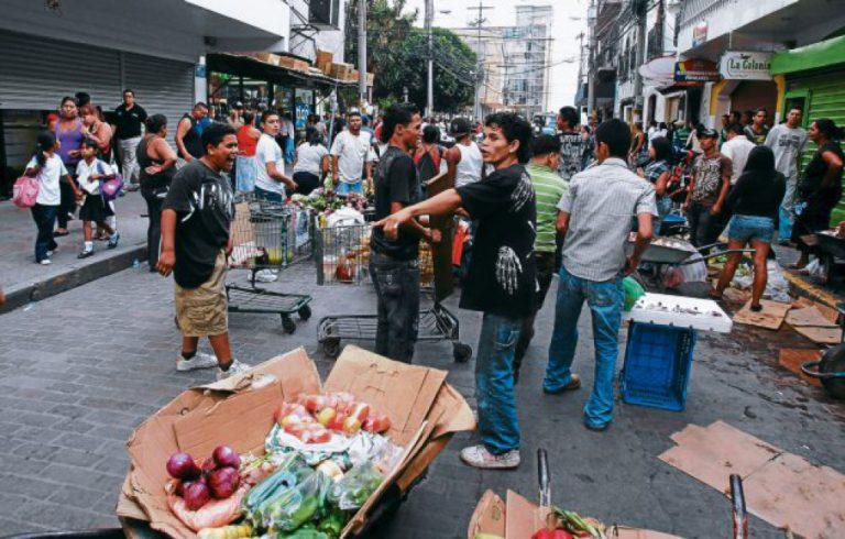Vendedores ambulantes cierran a la fuerza 50 negocios en el centro de TGU