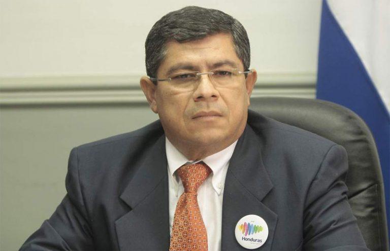 Ministro Leonel Ayala revela que tiene COVID-19 y «una fatiga desmedida»
