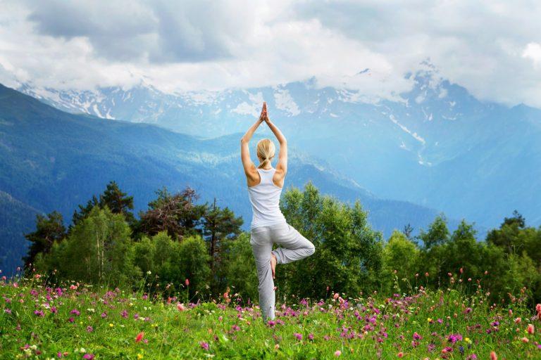 ¿Tienes escoliosis? Estos ejercicios de yoga te pueden ayudar