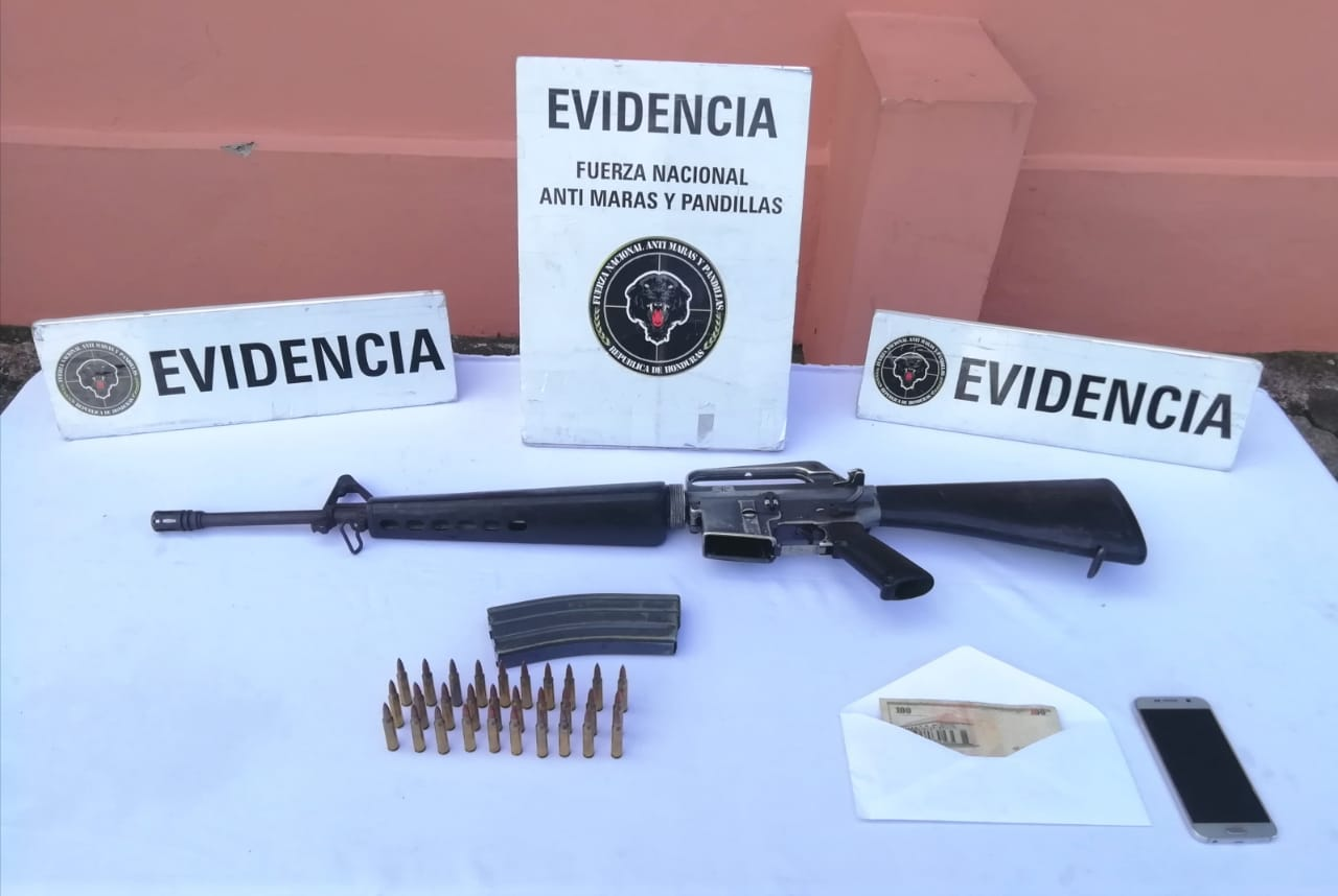 El fusil decomisado al presunto gatillero de la MS-13.