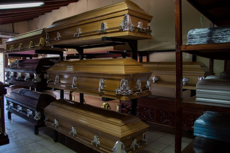 Funerarias: por COVID-19 escasean ataúdes; advierten acumulación de cadáveres