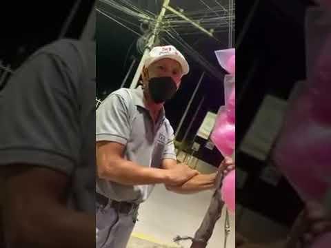 ¡Gran gesto! Reportero ayuda a hondureño que vendía algodones de azúcar