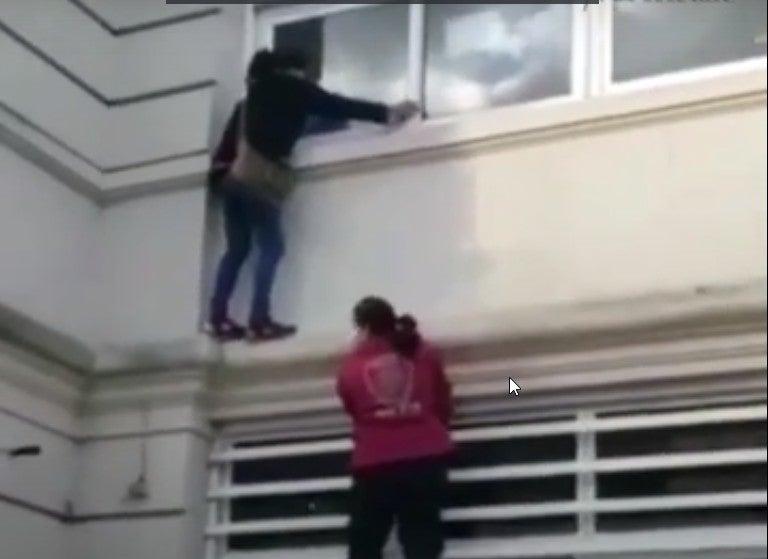 Niegan visita a mujer de familiar con COVID-19; ella decide subir el muro de hospital