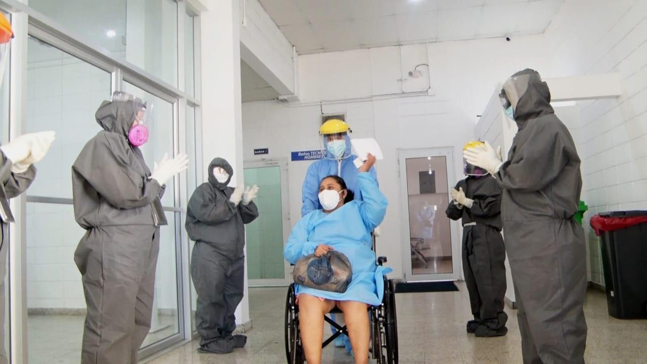 Al salir de los centros médicos, lo primero que hacen los pacientes es agradecer a los héroes de primera línea que los atendieron.