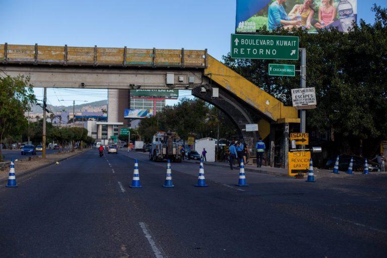 Policía detiene a mujer embarazada y su pareja por circular sin placa en Blv. FFAA