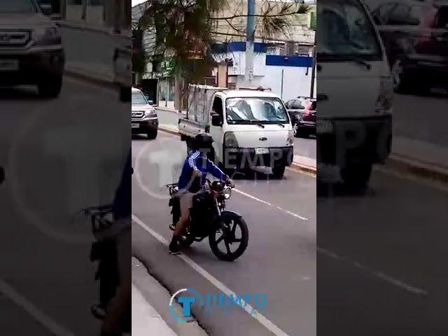 """VÍDEO  Hombre agarra a """"machetazos"""" a unos 15 vehículos en Siguatepeque"""