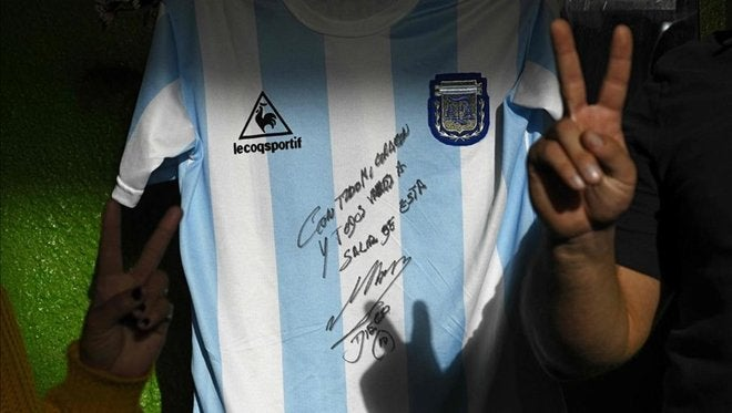CRACK: Maradona regala réplica de camiseta que usó en México-1986
