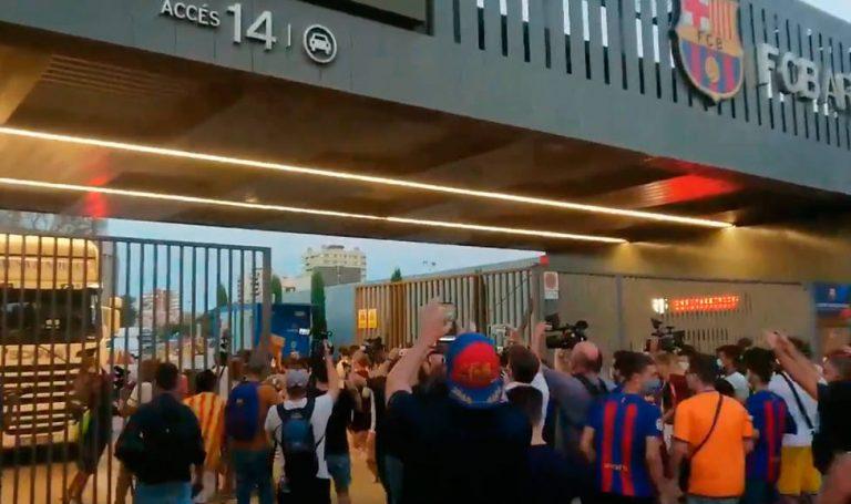 INCREÍBLE: Hinchas molestos entran al Camp Nou y van por Bartomeu