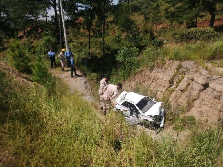 Olancho: taxista cae en enorme grieta a orilla de carretera y muere