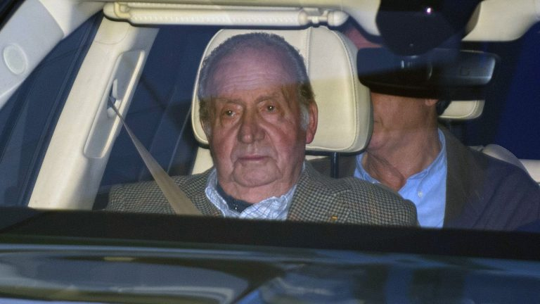 Escándalos: Juan Carlos I comunica a su hijo Felipe que vivirá fuera de España