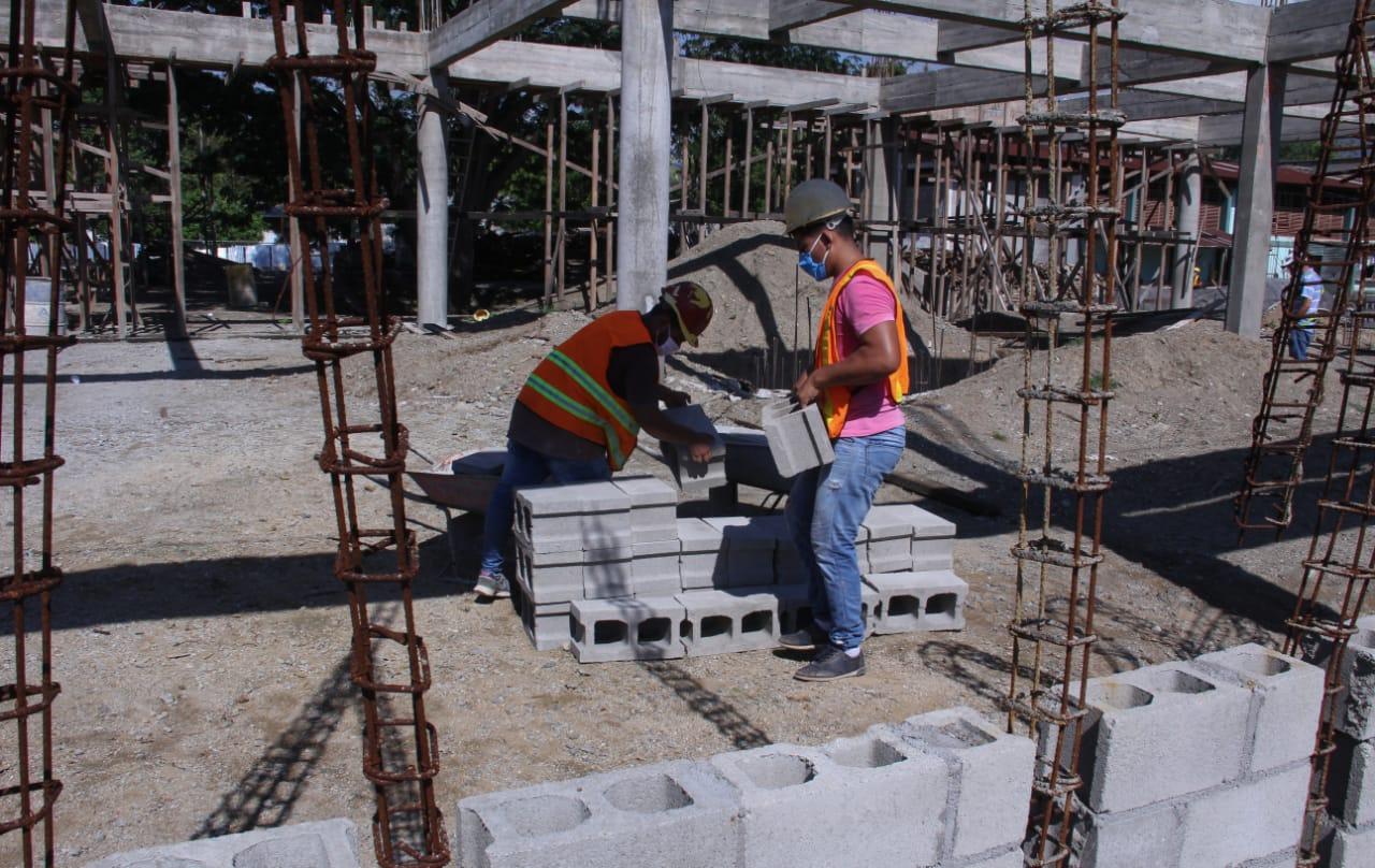 Empleados trabajando en la construcción del proyecto