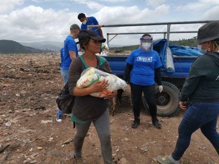 TGU: Llevan alimentos y atención médica a 150 familias del crematorio