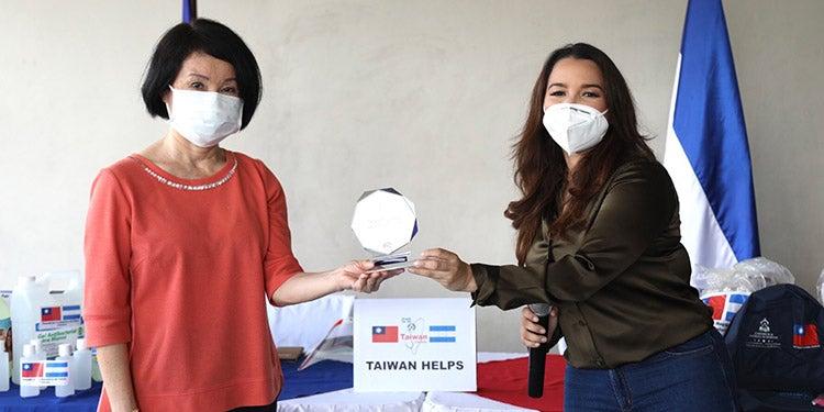 Con un reconocimiento por sus aportes despiden a embajadora de Taiwán