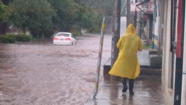 Genevieve: Huracán se degrada a categoría 3, primeros daños reportados