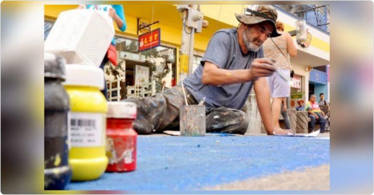 """Nelson Salgado, el artista superviviente que llena de color el suelo de """"La Peatonal"""""""