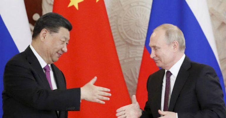 """China y Rusia desdolarizan su comercio para una """"alianza financiera"""", dice politólogo"""