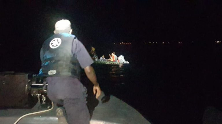 Rescatan a cinco náufragos en Trujillo; ola volcó su embarcación