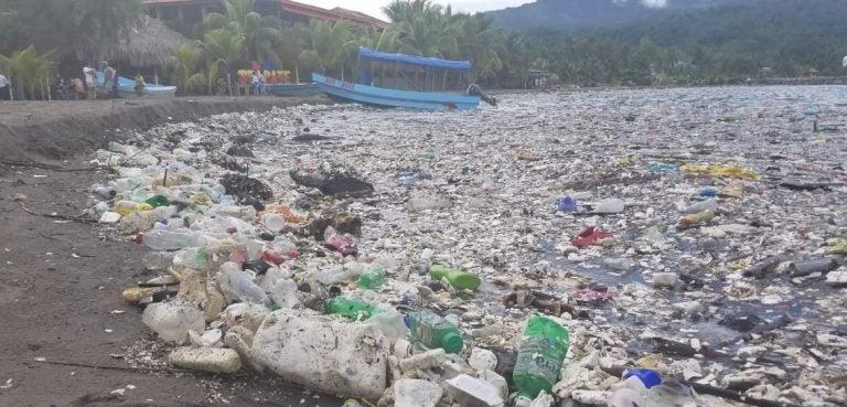VIDEO| Oleada de basura llega a Omoa: un mar de plástico cubre la zona