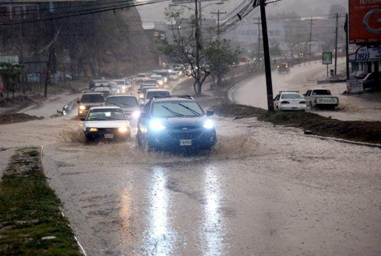 Dos mujeres fallecidas y serios estragos provocan lluvias en la capital