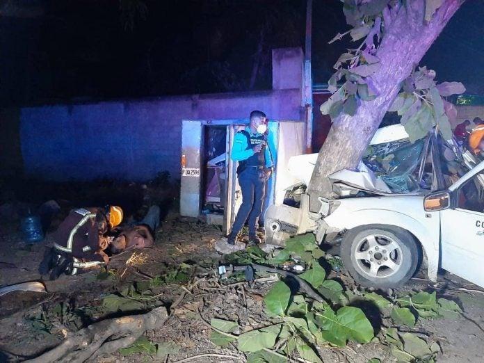 carro choca contra árbol en Villanueva
