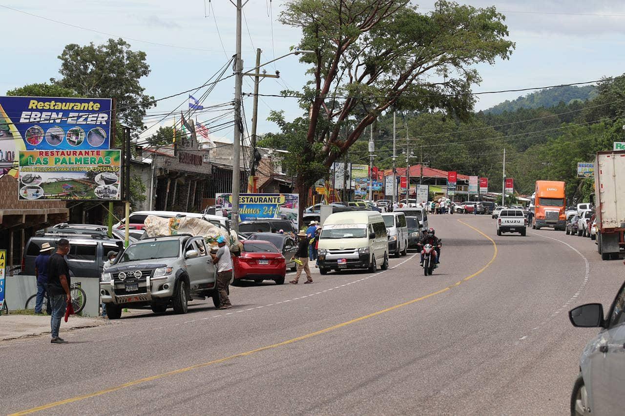 Carretera en el Lago de Yojoa muestra afluencia de turistas.