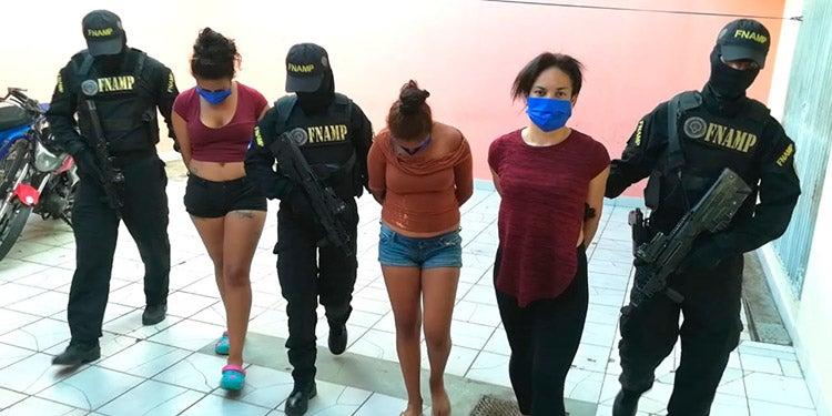 """""""La Negra"""" y dos menores de edad capturadas por extorsión en la capital"""