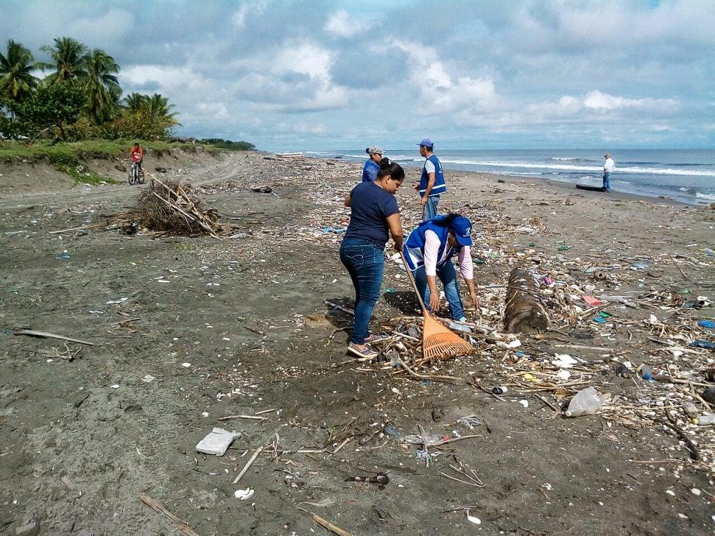 aumenta basura en playas de Omoa