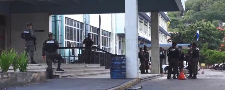 Frente a custodios se fuga reo del Hospital Escuela; lo buscan en cada sala