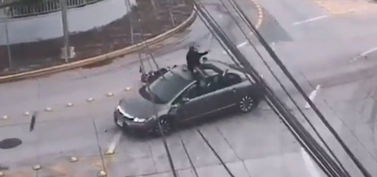 VIDEO | De milagro se salva motociclista al irrespetar alto en rotonda