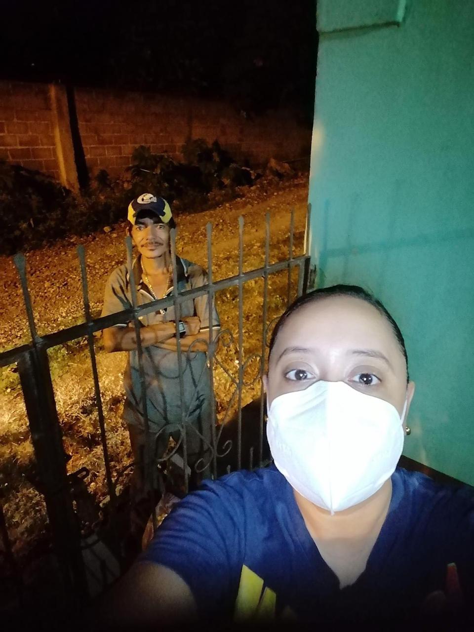 Mujer se toma foto con el hombre que reparte ayudas.