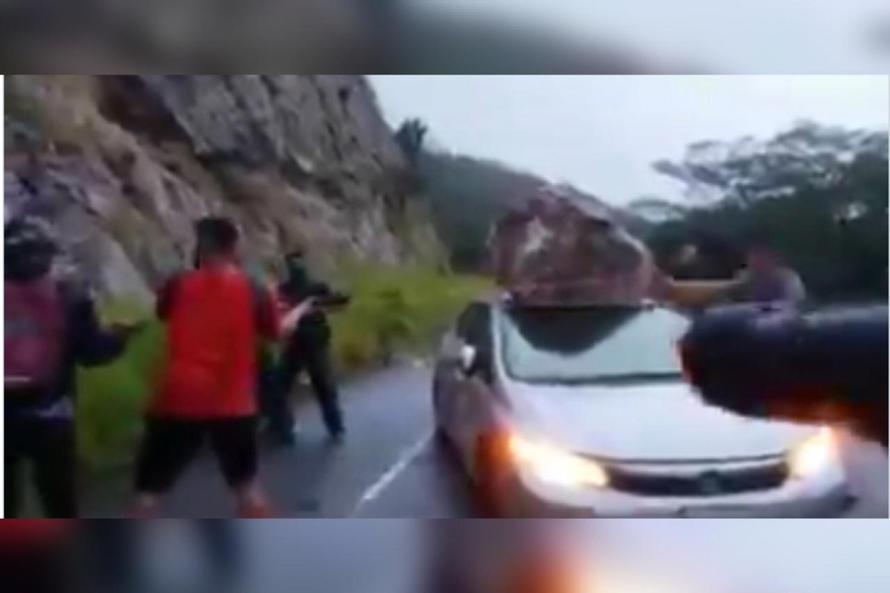 Cae roca en automóvil