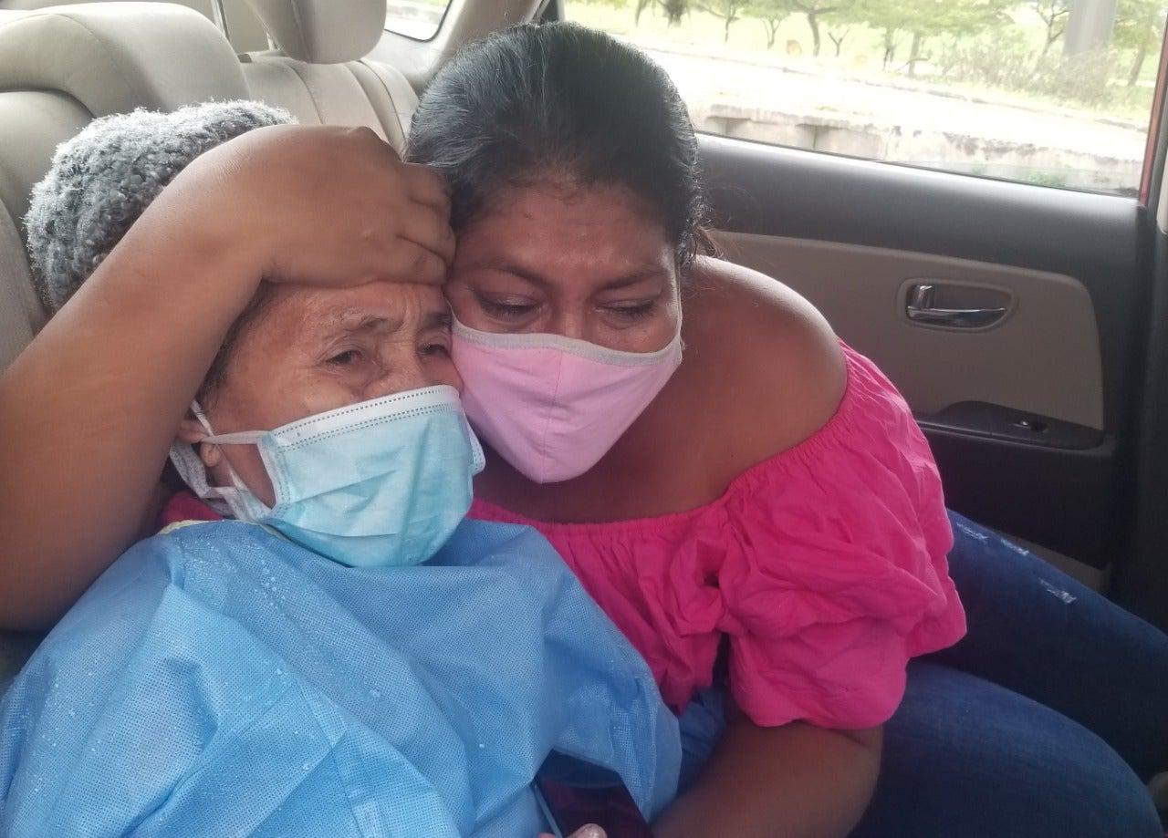 Familiar se emociona con la recuperación de la paciente.